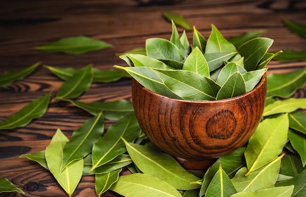 Świeże liście laurowe w drewnianej misce