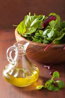Świeże liście sałaty w misce: szpinak, barszcz, rukola