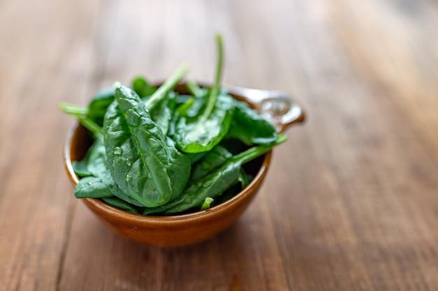 Świeże liście szpinaku dla dzieci