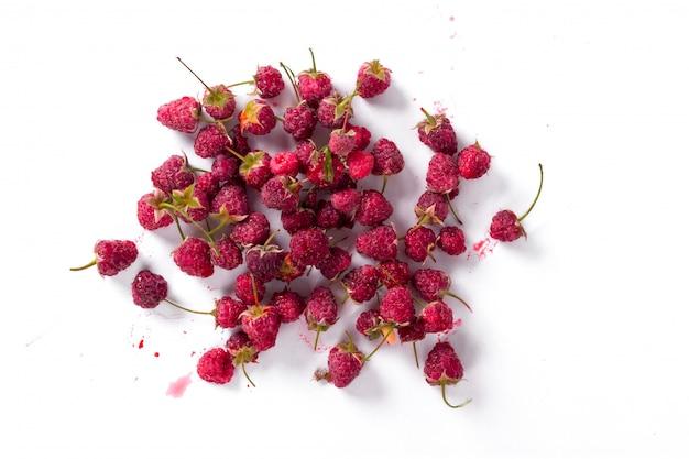 Świeże maliny organiczne. koncepcja zbiorów lato i jagody. wegańskie, wegetariańskie, surowe jedzenie