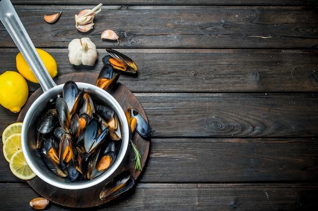 Świeże małże z owoców morza z cytryną i czosnkiem.