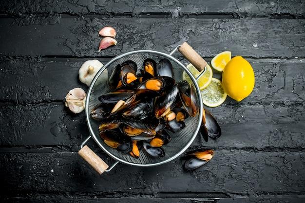 Świeże małże z owoców morza z czosnkiem i cytryną.