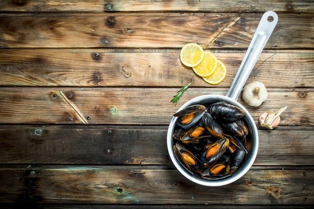 Świeże małże z owoców morza z kawałkami cytryny.