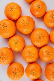 Świeże mandarynki lub mandarynki na białym tle.