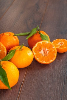 Świeże mandarynki na drewno stole