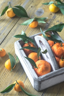 Świeże mandarynki w drewnianym pudełku