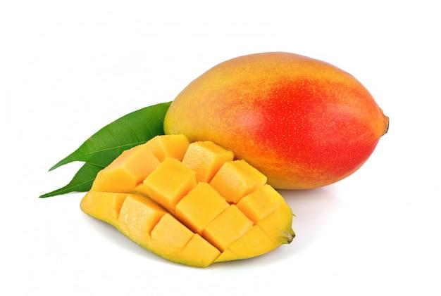 Świeże mango na białym tle