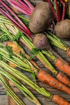 Świeże marchewki i buraki z zielonymi łodygami