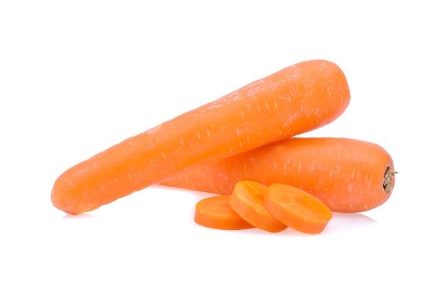 Świeże marchewki z plastrami na białym tle