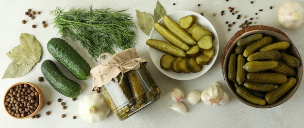 Świeże marynaty i składniki na białym teksturowanym stole