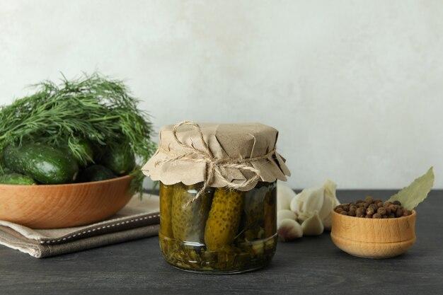 Świeże marynaty i składniki na ciemnym drewnianym stole