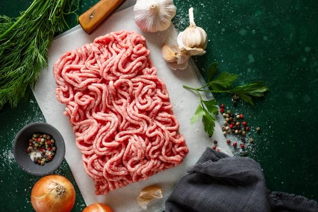 Świeże mięso mielone gotowe do gotowania