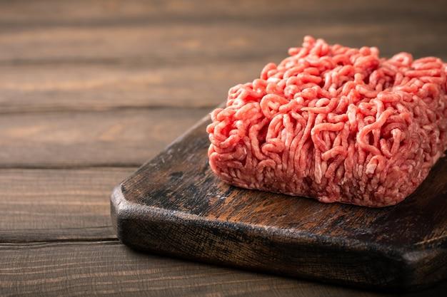 Świeże mięso mielone z surowej wołowiny