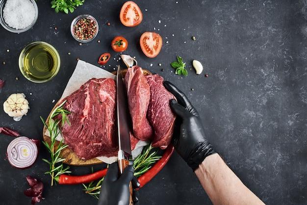 Świeże mięso na ciemnej powierzchni