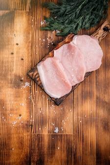 Świeże mięso na drewnianym tle