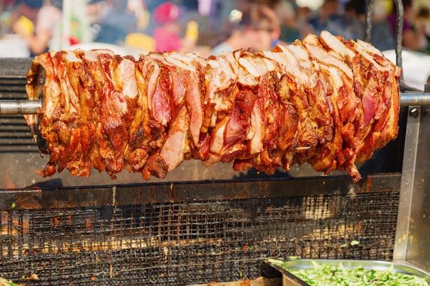 Świeże mięso z grilla na rożnie