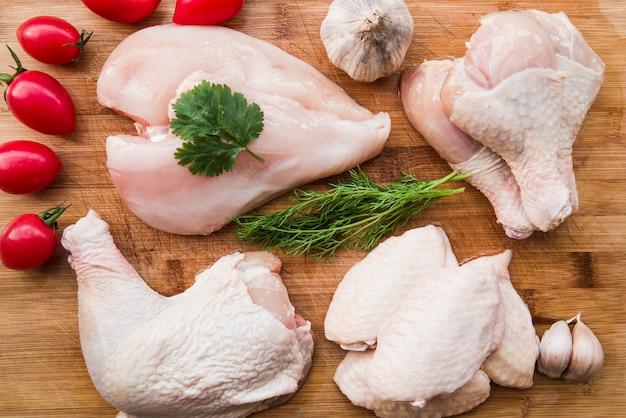 Świeże mięso z kurczaka do gotowania z pomidorami i składników