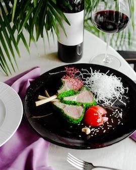 Świeże mięso z zielonym sosem i pomidorem