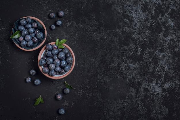 Świeże miski z jagodami kopia przestrzeń