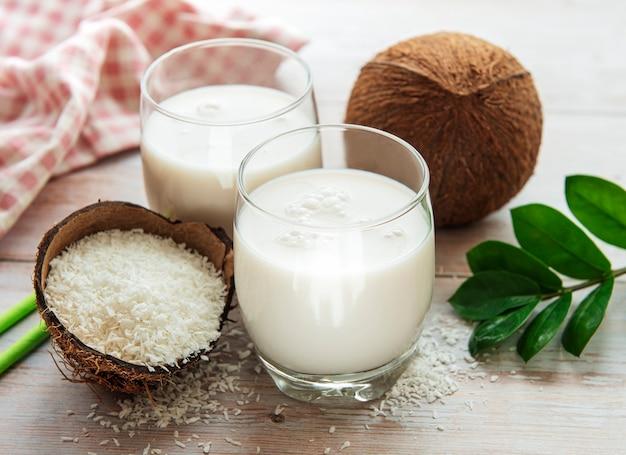 Świeże mleko kokosowe, wegański zdrowy napój bez nabiału