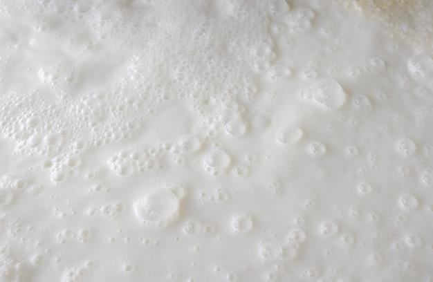 Świeże mleko. pęcherzyki tworzące tło sceny.