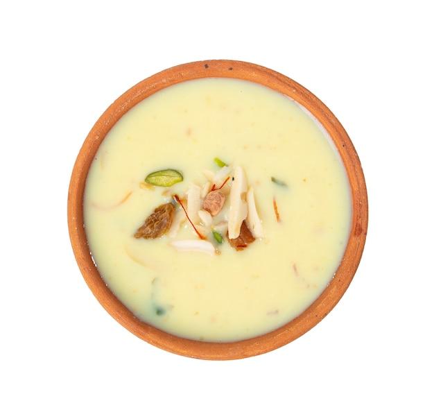 Świeże mleko szafran migdałowy / badam wstrząsnąć na białym tle na białej powierzchni