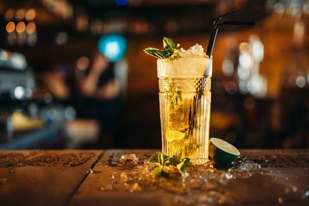 Świeże mojito w szklance i lodzie na blacie barowym