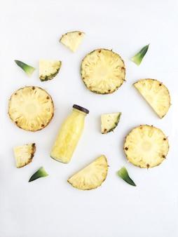 Świeże napoje ananasowe i plastry ananasa z liśćmi