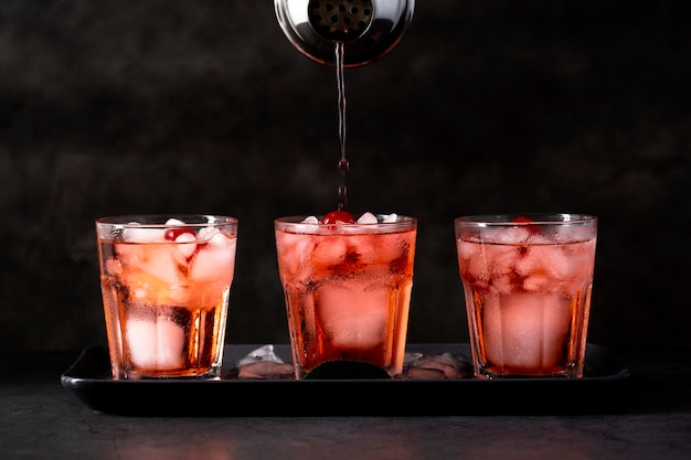Świeże napoje z asortymentem kostek lodu