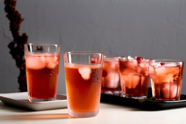 Świeże napoje z kostkami lodu