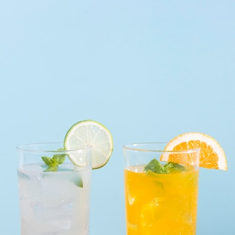 Świeże napoje z pomarańczy i limonki z kopią