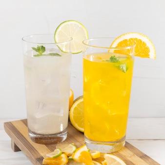 Świeże napoje z pomarańczy i limonki