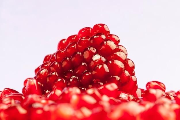 Świeże nasiona granatu na stole w kuchni