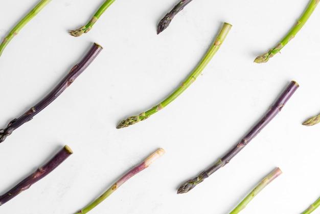 Świeże, naturalne organiczne warzywa szparagów w kolorach zielonym i fioletowym