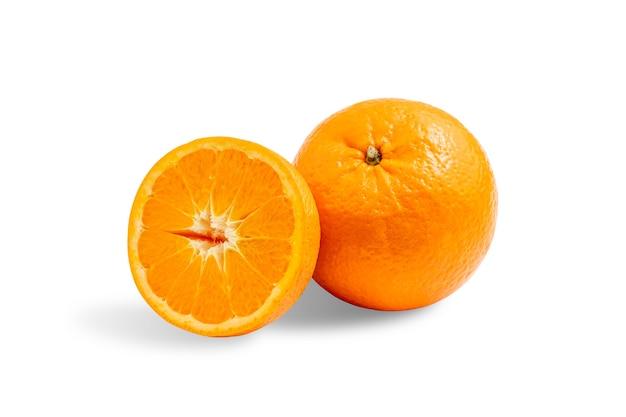 Świeże naturalne owoce pomarańczy na na białym tle