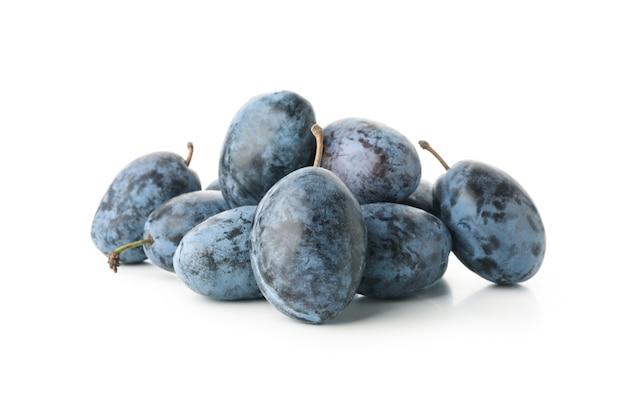Świeże niebieskie śliwki na białym tle