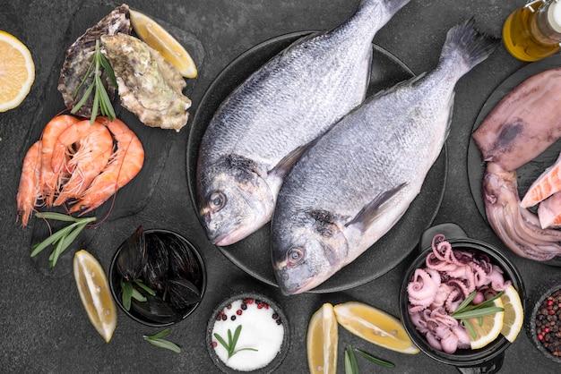 Świeże, niegotowane ryby z owoców morza leżały płasko
