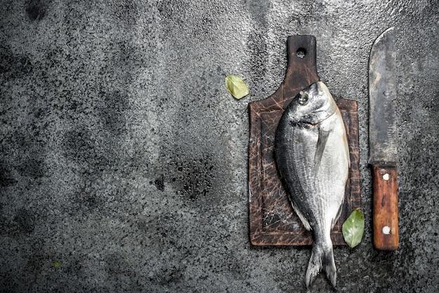 Świeże, nieprzygotowane ryby dorado na pokładzie.