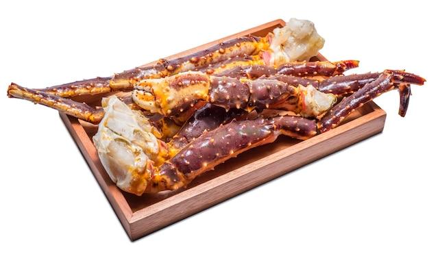 Świeże nogi kraba alaskan king, unboiled fresh alaskan king crab samodzielnie na białym tle.