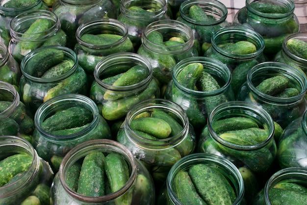 Świeże ogórki w puszkach do konserw
