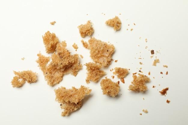 Świeże okruchy chleba na białym tle, z bliska