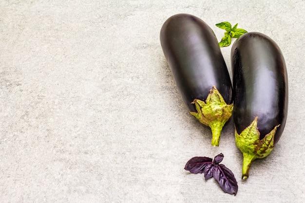Świeże organiczne bakłażany