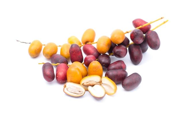 Świeże organiczne data palm, owoce dla ramadan kareem dać energii muzułmanina samodzielnie na białym tle