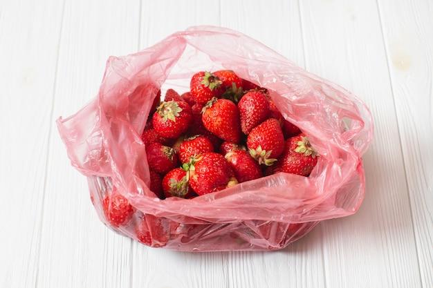 Świeże organiczne dojrzałe truskawki w plastikowej torbie