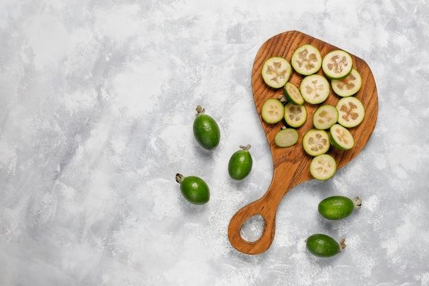 Świeże organiczne feijoas na świetle