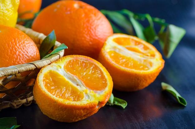 Świeże organiczne mandarynki na czarnym tle z bliska