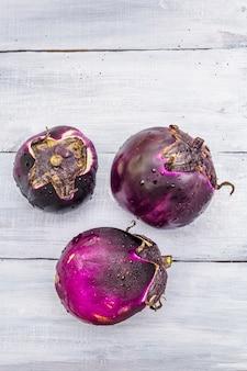 """Świeże organiczne okrągłe bakłażany gatunku """"helios"""""""