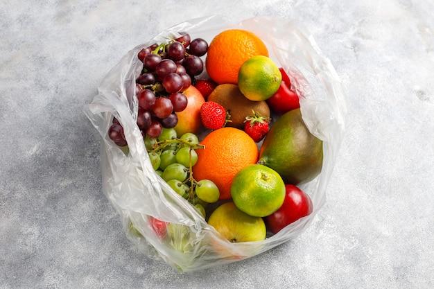 Świeże, organiczne owoce i jagody.