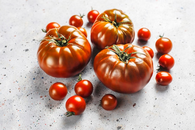 Świeże, organiczne pomidory w kolorze czarnym brandywine.