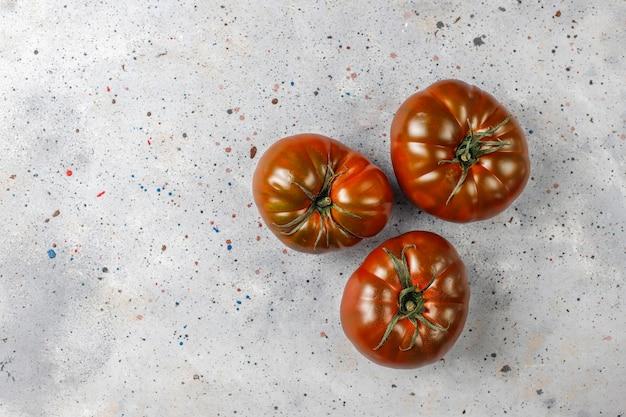 Świeże, organiczne pomidory z czarnej brandy.